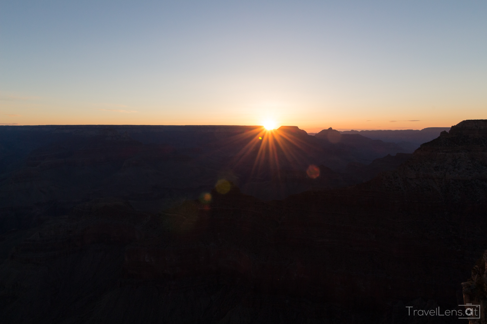 d027da870633c8 Die letzten Sonnenstrahlen tauchen den Grand Canyon in ein wunderschönes  orangenes Licht. Das fehlt beim Sonnenaufgang irgendwie.